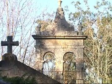 Frame 78.461779 de: Roban dos campanas de bronce en una iglesia de Porto do Son