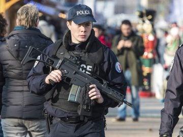 Agentes de policía galos patrullan por las calles de París