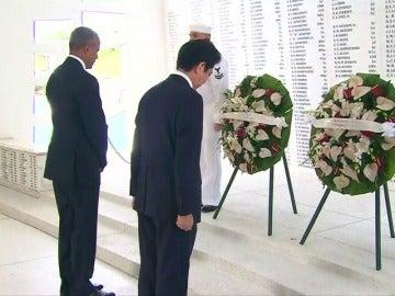 """Frame 13.957664 de: Shinzo Abe ofrece sus """"sinceras y eternas condolencias"""" por los muertos en Pearl Harbor en una visita junto a Obama"""