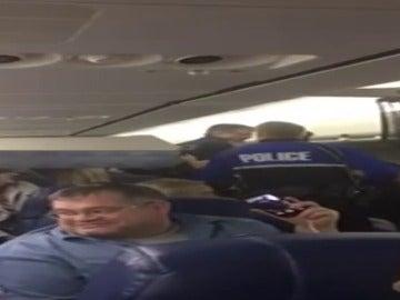 Frame 68.762441 de: Desvían un avión estadounidense en Brasil por una pelea de una pareja de pasajeros