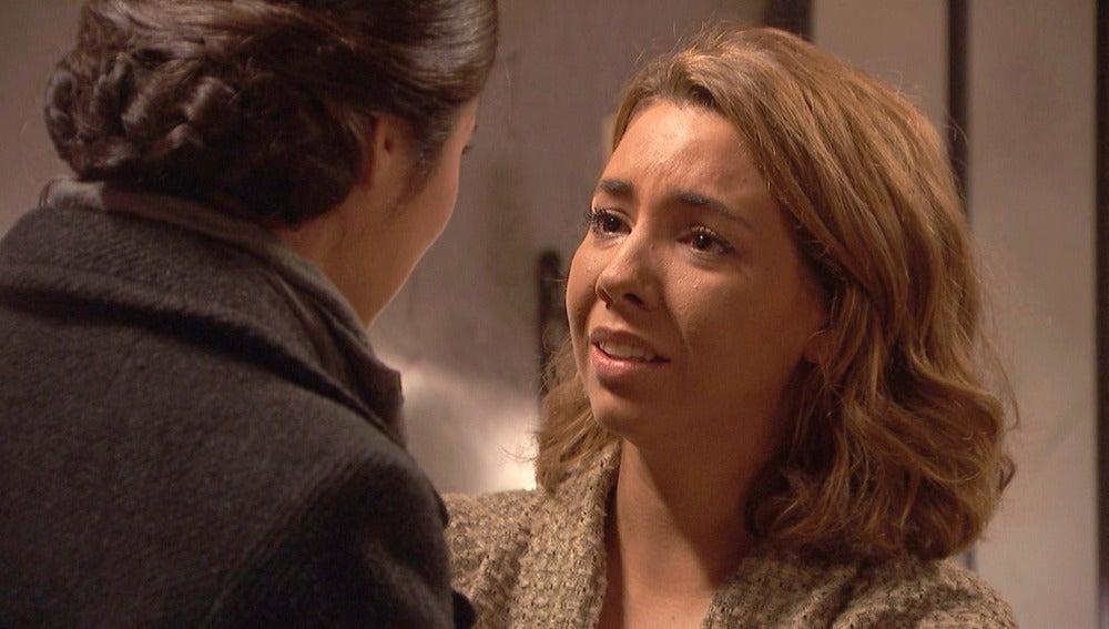 Emilia confiesa la verdad a María con Alfonso como testigo