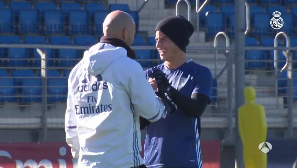 Zidane y James se saludan durante el entrenamiento