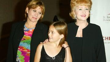 Billie Lourd junto a su madre Carrie Fisher y su abuela Debbie Reynolds