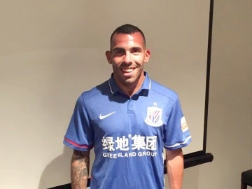 Carlos Tévez posa con la camiseta del Shanghai Shenhua