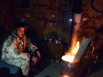 Tropas sirias alrededor de una fogata