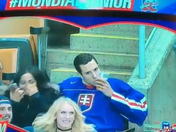 Un hombre besa a su cerveza