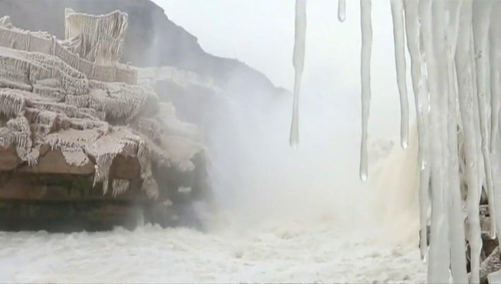 ANTENA 3 TV | Se congelan las cascadas de Hukou, en China