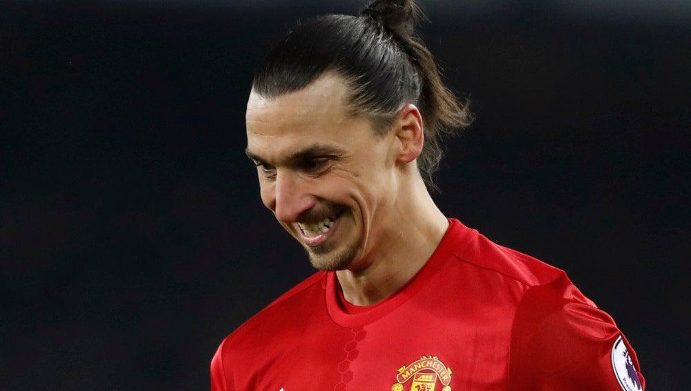 Zlatan Ibrahimovic sonríe durante un partido con el United