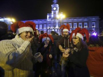 Jóvenes celebrando las preuvas en la Puerta del Sol