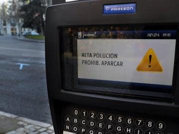 Un parquimetro en la zona centro avisa a los usuarios de la prohibición