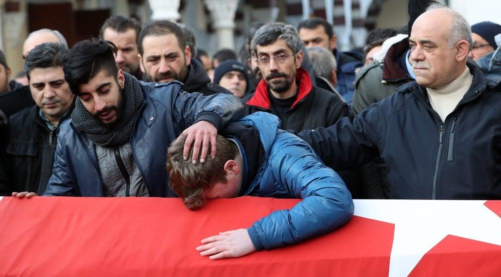 Familiares y amigos lamentan la muerte de una de las víctimas del ataque en la discoteca 'Reina' de Estambul'