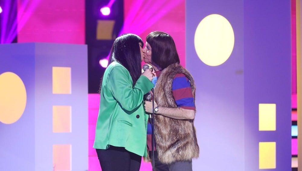 """Buen rollo asegurado con Rosa López y Santiago Segura como Sonny y Cher y su """"I got you babe"""""""