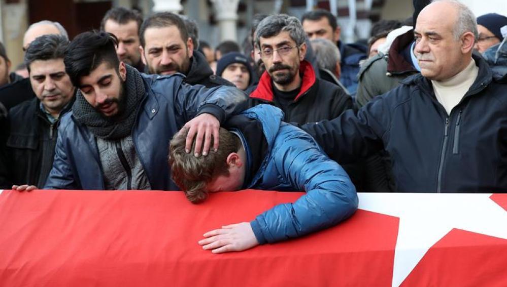 Funeral de una de las víctimas de un atentado en Turquía
