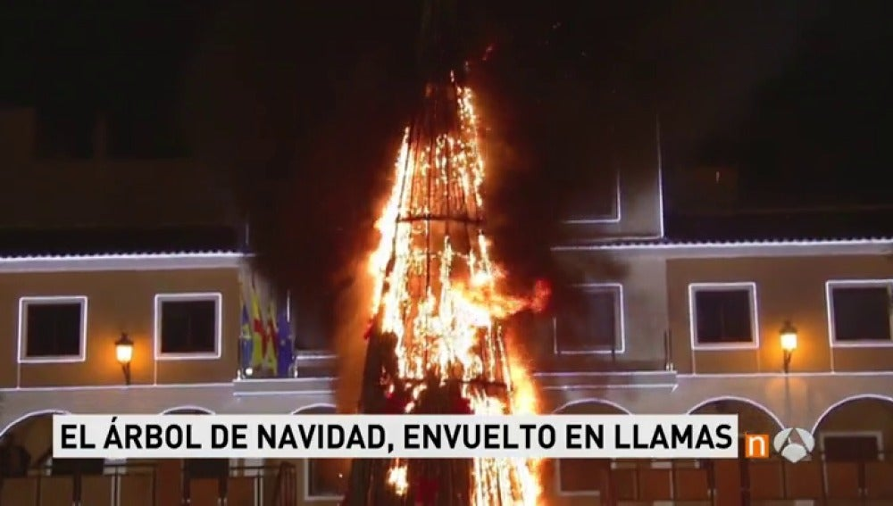 Frame 7.316 de: Un árbol de Navidad gigante sale ardiendo en la plaza del Ayuntamiento de Guardamar del Segura en plenas campanadas