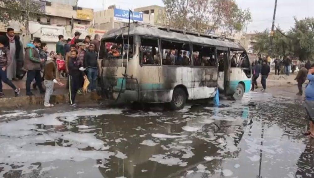 Frame 1.988804 de: Al menos 37 muertos y 65 heridos en un atentado con coche bomba en Bagdad