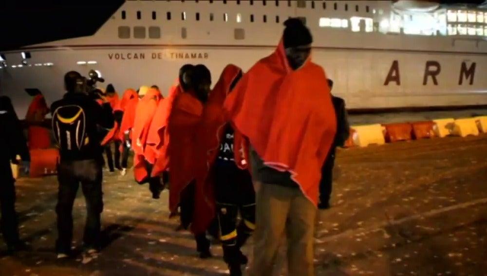 Frame 0.0 de: Rescatan 5 pateras con más de un centenar de inmigrantes