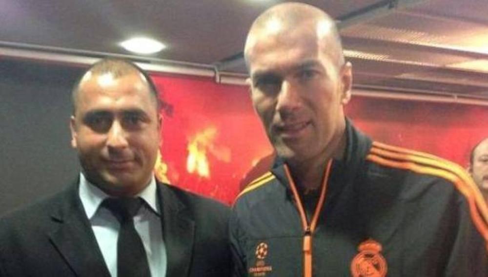 Fatih Çakmak, junto a Zidane, en la visita del Madrid a Estambul en septiembre de 2013