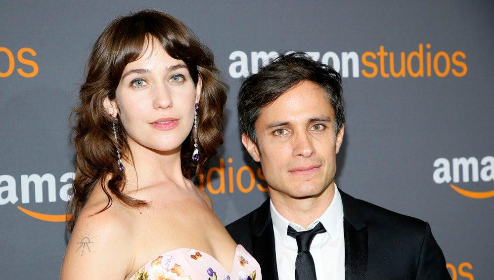 Lola Kirke y Gael Garcia en la fiesta de Amazon