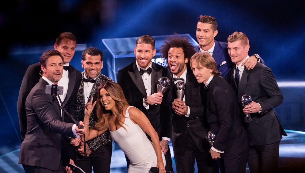 Selfie de los presentadores de los premios 'The Best' con el once ideal de la FIFA