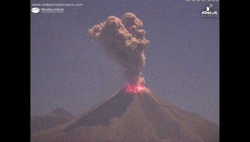 Frame 6.240879 de: Una segunda explosión en el volcán Colima provoca una alta columna de humo y cenizas