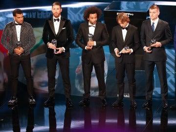 Alves posa con los cinco jugadores del Real Madrid en la gala en Zúrich
