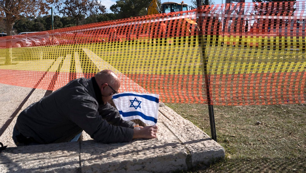 Coloca una bandera israelí en el lugar del ataque