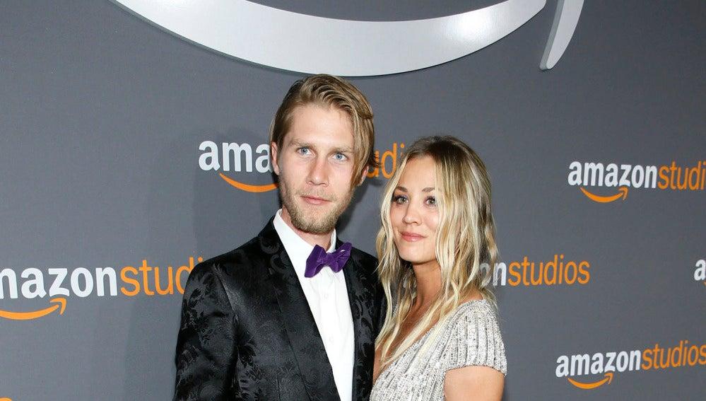 Karl Cook y Kaley Cuoco en la fiesta de Amazon