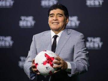 Maradona posando con un balón en los premios 'The Best'