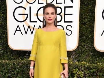 Una embarazadísima Natalie Portman vistió de amarillo con este prada