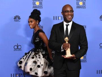 Barry Jenkins sujeta orgulloso el Globo de Oro a Mejor Drama, para 'Moonlight'
