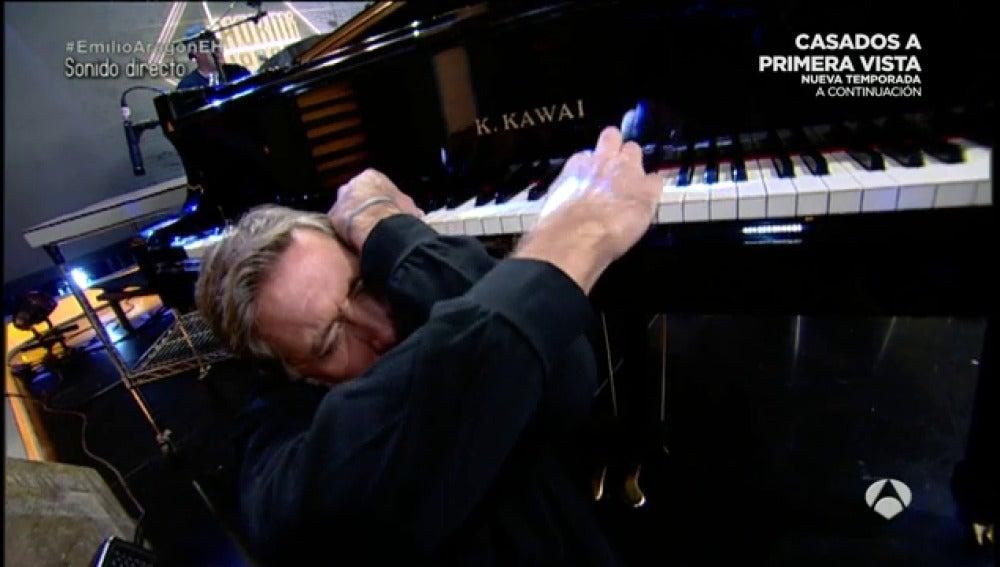 Frame 47.269444 de: Es capaz Emilio Aragón de tocar el piano de espaldas