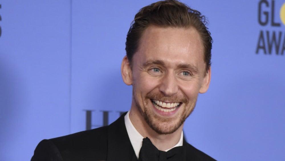 Tom Hiddleston en los Globos de Oro 2017