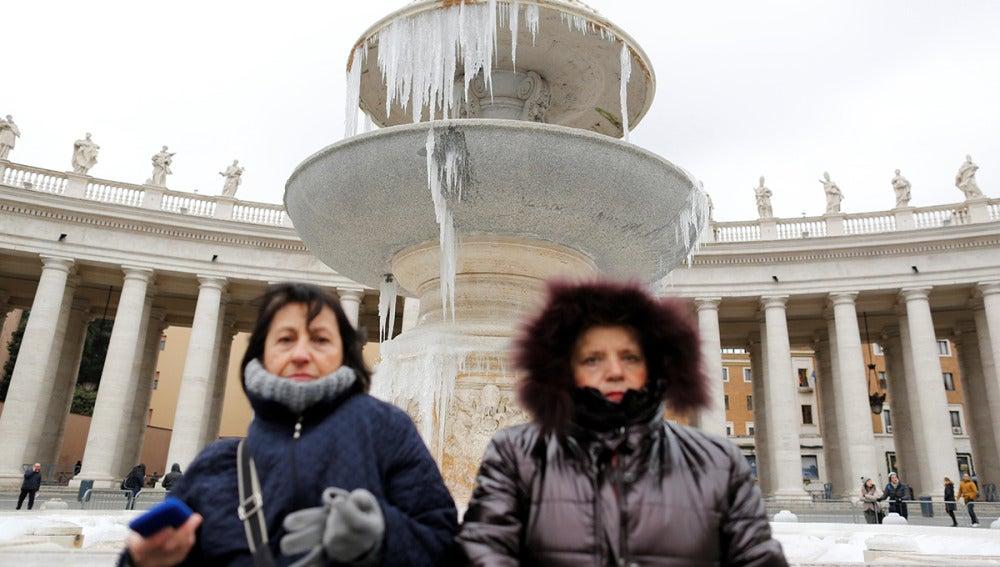 La fuente de la Plaza del Vaticano congelada