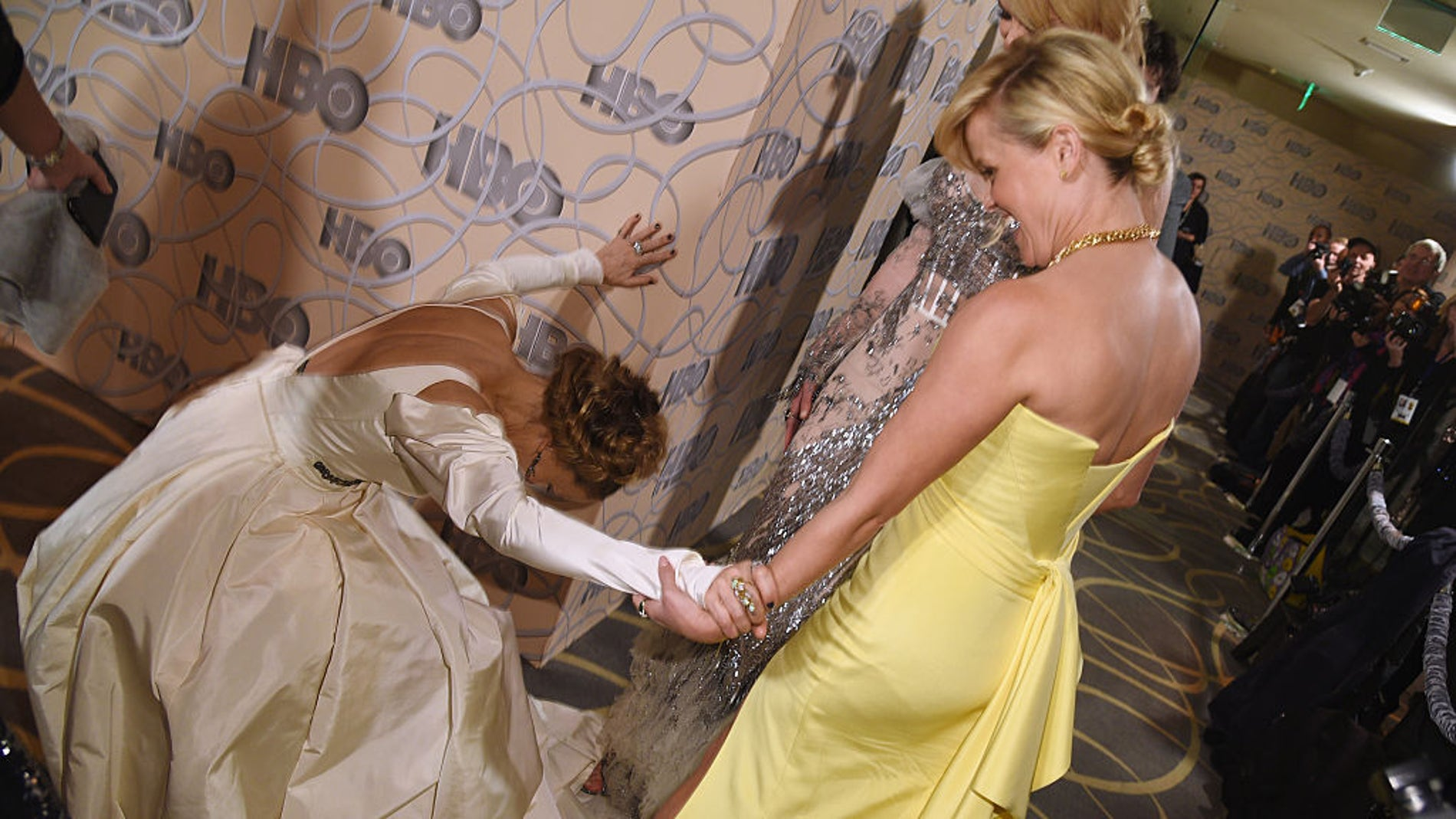 Sarah Jessica Parker se arrodilla ante Nicole Kidman y Reese Whiterspoon