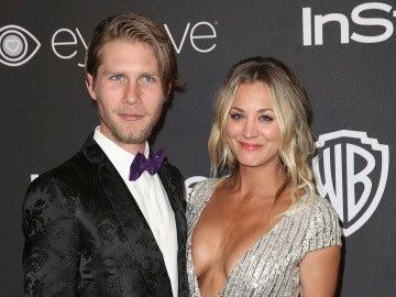 Kaley Cuoco y su novio Karl Cook en la fiesta de InStyle