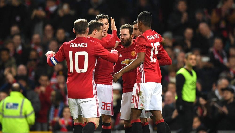 Juan Mata celebra su gol con sus compañeros