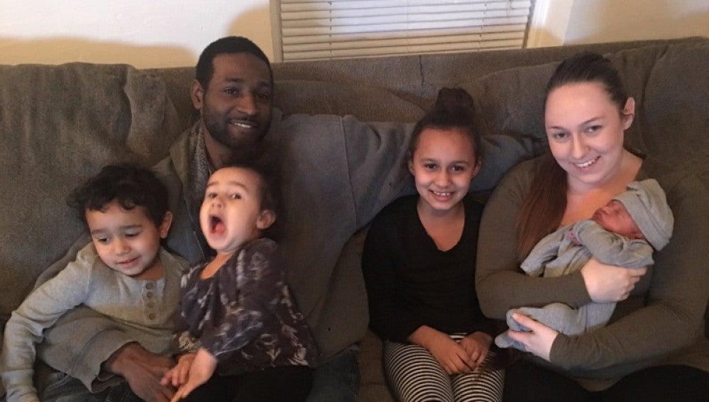 Lamar Austin junto a su familia