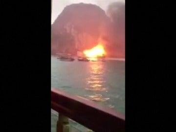 Frame 3.509333 de: Incendio de un barco turístico que transportaba a 21 personas en Vietnam