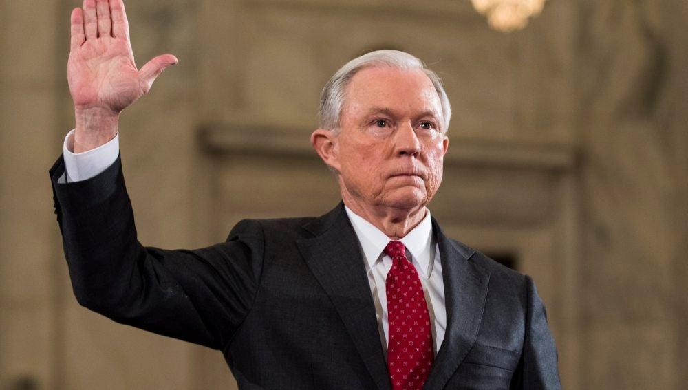 Jeff Sessions testifica durante su audiencia para aceptar su cargo como fiscal general de EEUU