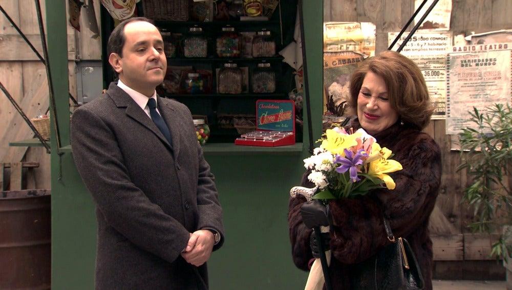 Ginés le regala un ramo de flores a Ana María por su aniversario