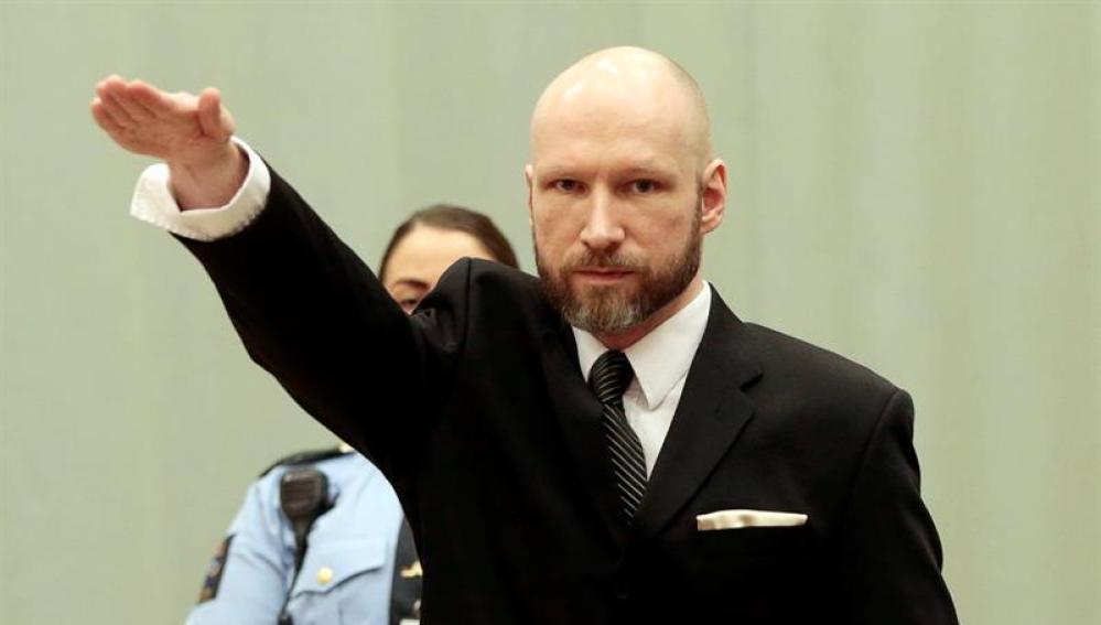 Anders Behring Breivik haciendo el saludo nazi