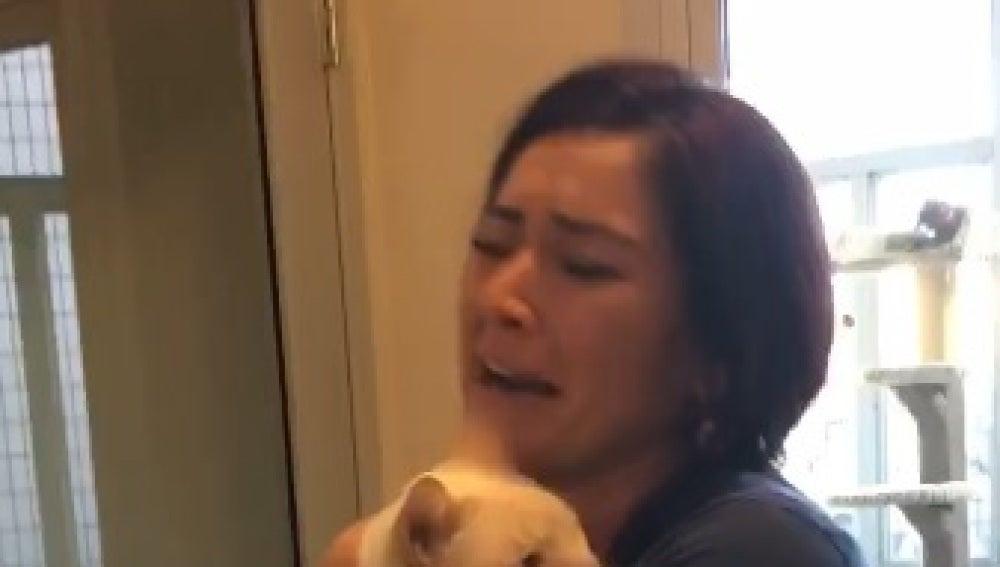 Una joven se reencuentra con su gato