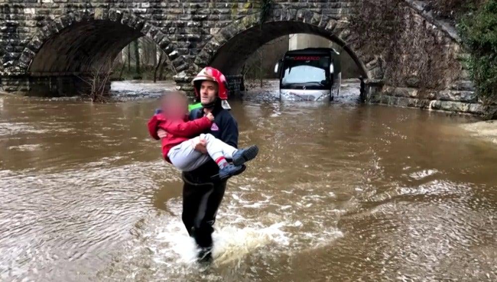 Frame 12.820154 de: Rescatan a 19 niños de un autobús atrapado por la crecida de un río en Álava