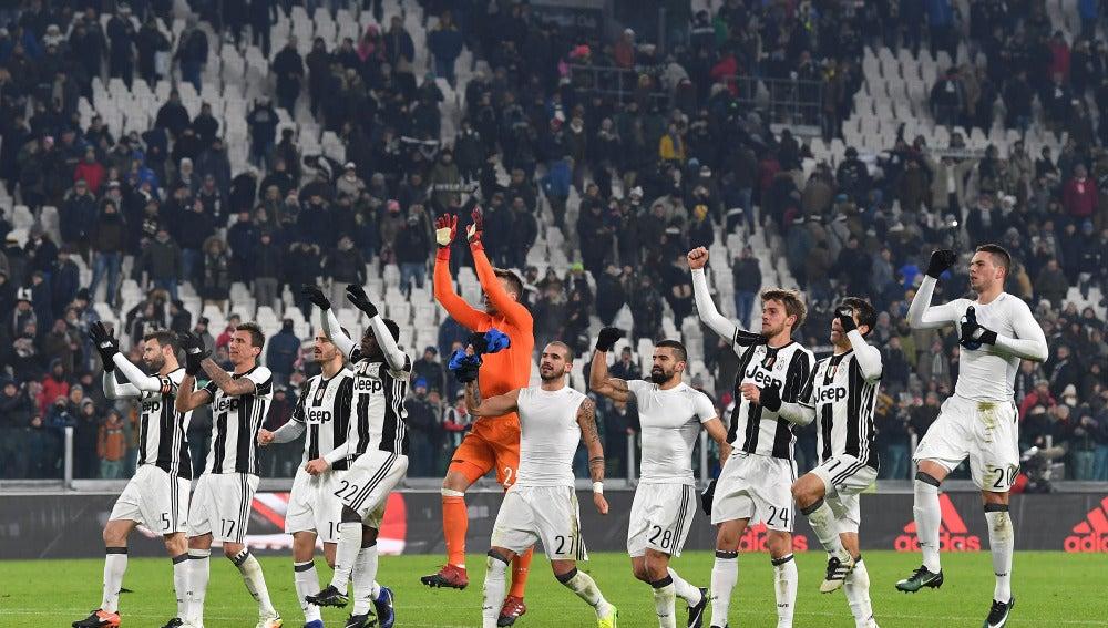 Los jugadores de la Juventus celebrando la victoria