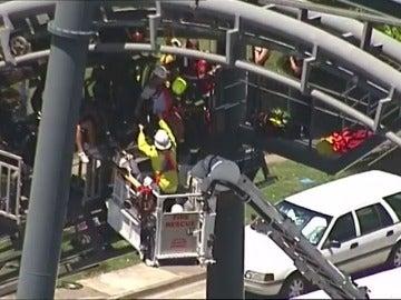 Frame 22.730401 de: Rescatan a veinte personas de una montaña rusa averiada después de dos horas de espera