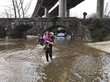 Un bombero rescata a una de las niñas atrapadas