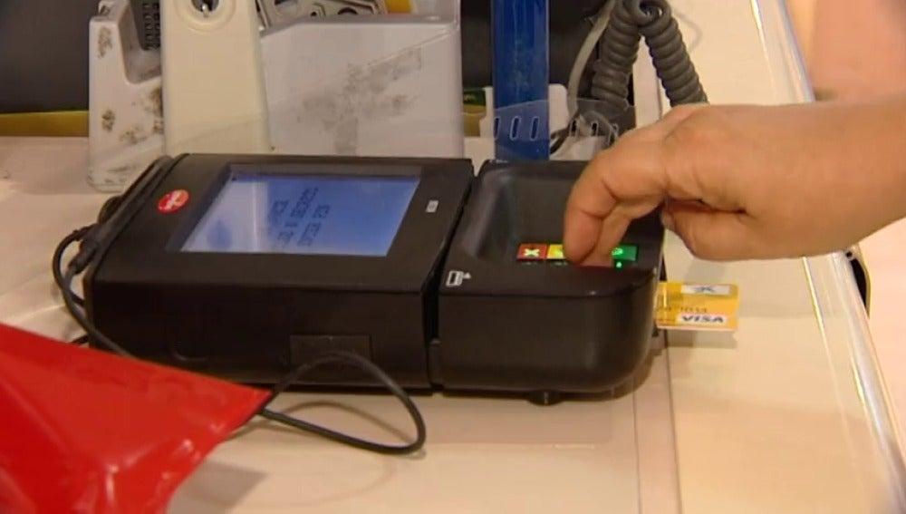Frame 9.293772 de: Estafan a más de 1.000 turistas al duplicarles los cargos en sus tarjetas de crédito
