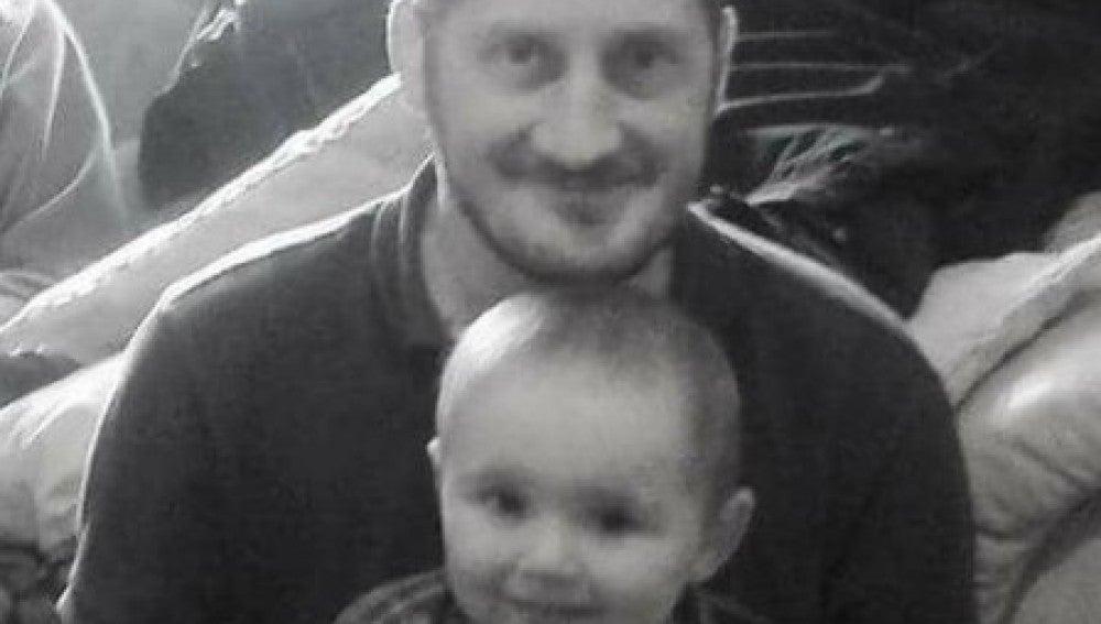 Nick Rose junto a su hijo Logan cuando el niño era pequeño