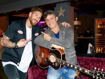Sergio Ramos posa muy feliz junto a Alejandro Sanz con la guitarra que le ha regalado