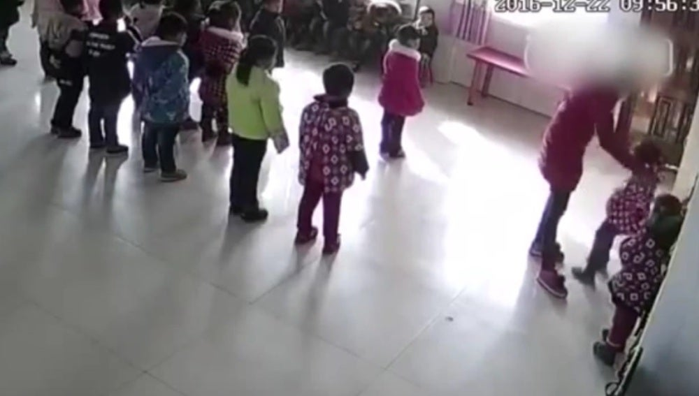 Una maestra pega a dos alumnas en China